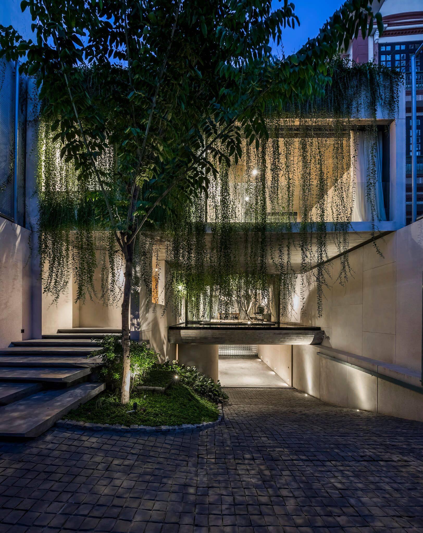 Khuôn viên Tân Định Villa lung linh, dịu dàng trong màn đêm