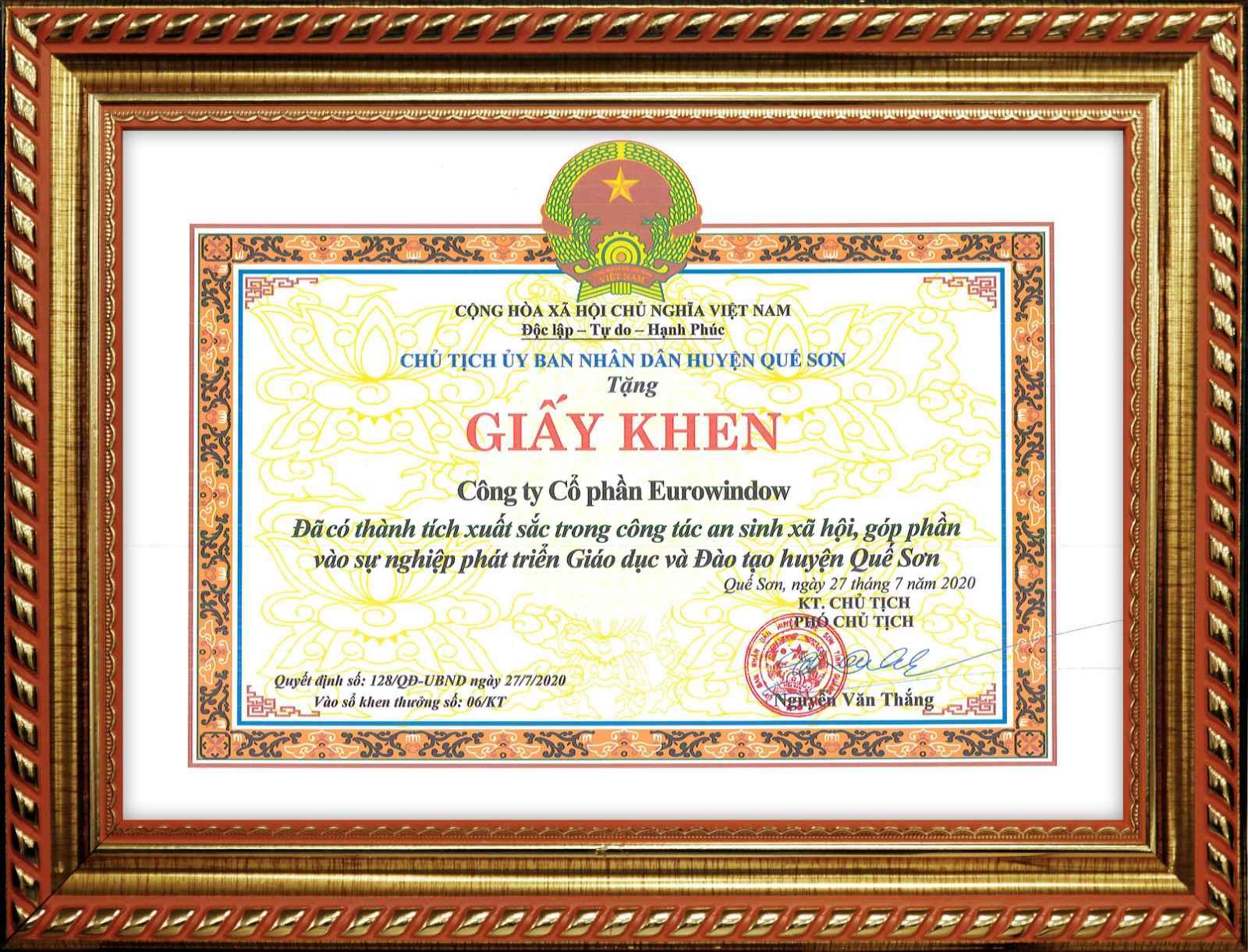 Chủ tịch UBND huyện Quế Sơn, tỉnh Quảng Nam trao tặng bằng khen cho Công ty CP Eurowindow