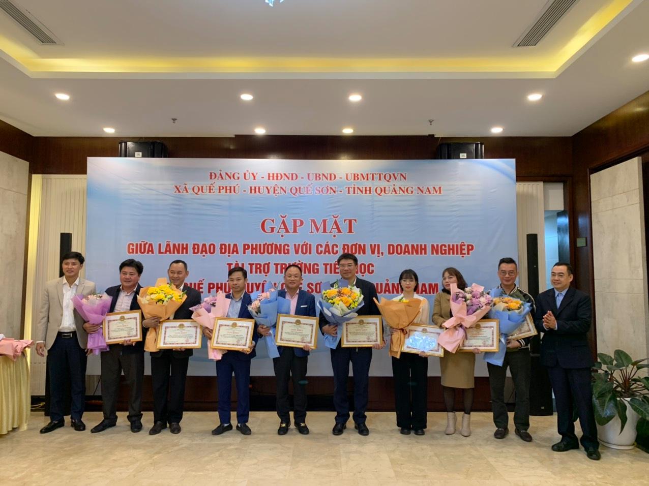Ông Nguyễn Cảnh Hồng (thứ 5 từ trái sang) – Tổng giám đốc Eurowindow cùng các nhà tài trợ nhận hoa tri ân từ lãnh đạo huyện Quế Sơn vì những đóng góp cho nền giáo dục huyện Quế Sơn