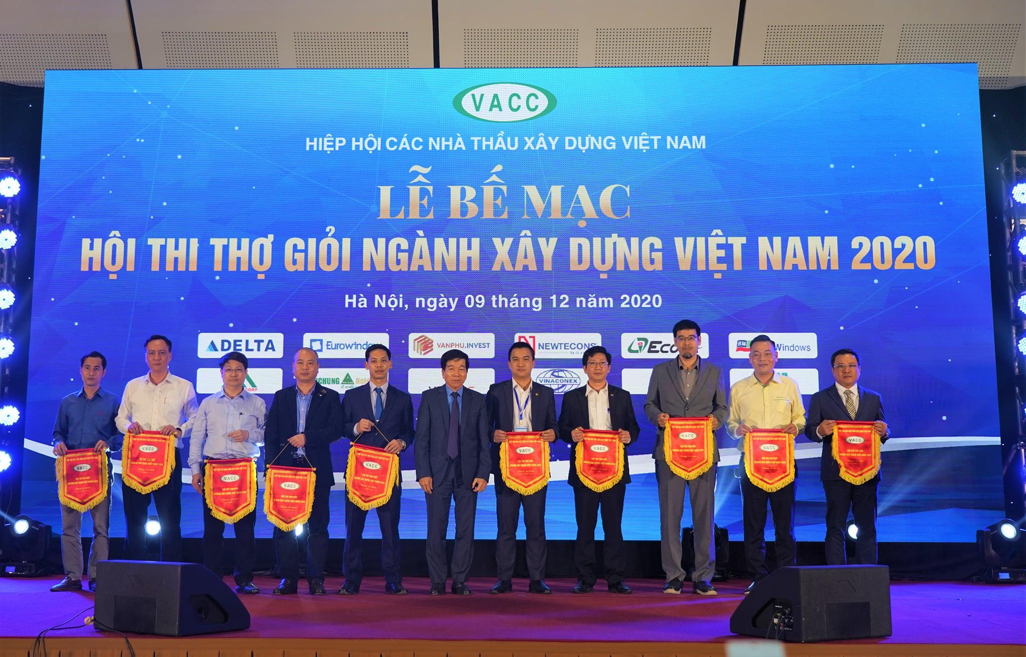 Ông Nguyễn Quốc Hiệp trao Cờ lưu niệm cho đại diện Eurowindow và các đơn vị tham dự hội thi