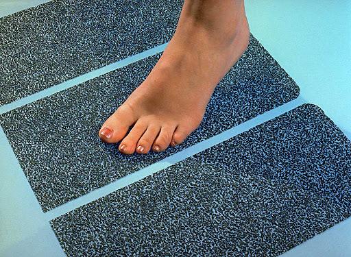 Thảm chống trơn trượt, băng dán trơn trượt chuyên dụng,... cũng là những giải pháp chống trơn trượt nhà tắm hiệu quả