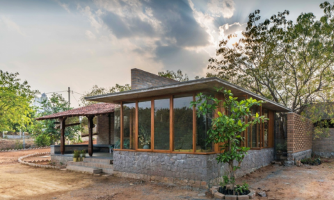 Ngôi nhà được làm hoàn toàn từ gạch đất sét