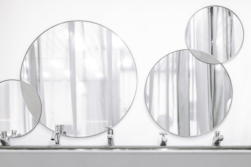 Thiết kế gương ở khu vệ sinh trông vui nhộn