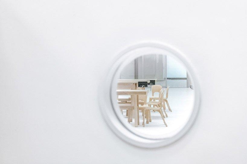 Cửa sổ nhỏ giúp dễ dàng quan sát lớp học từ khu vui chơi trong nhà.