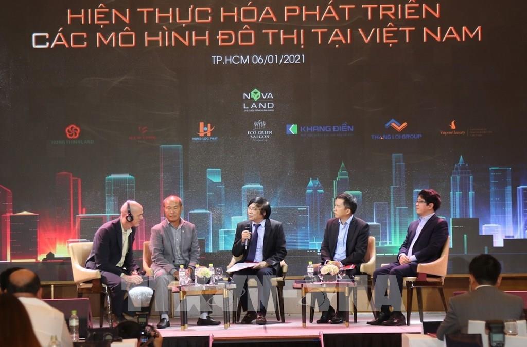 Các chuyên gia trao đổi về quy hoạch phát triển đô thị. Ảnh: Trần Xuân Tình - TTXVN