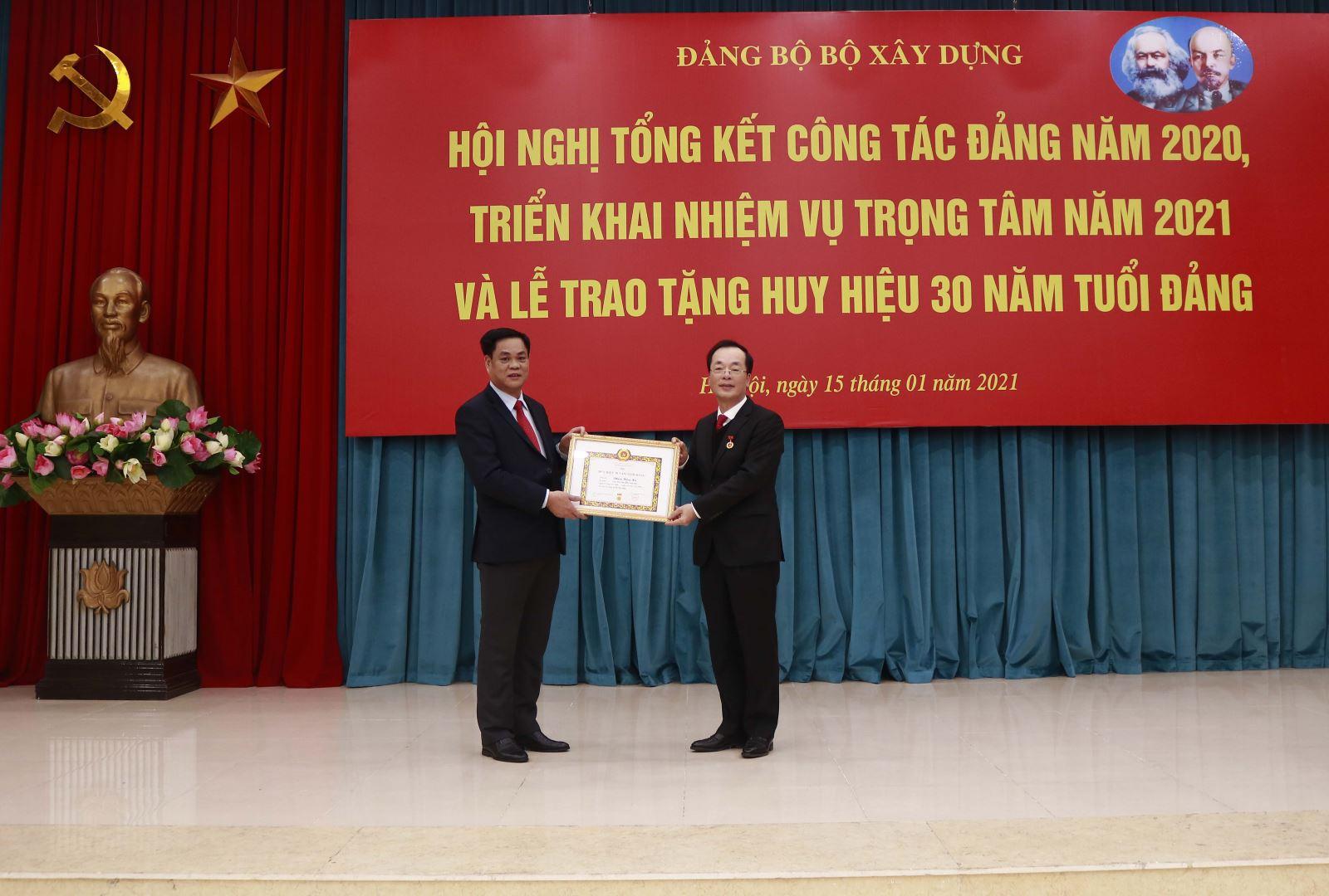 Đồng chí Phạm Hồng Hà - Bộ trưởng Bộ Xây dựng vinh dự đón nhận Huy hiệu 30 năm tuổi đảng do Bí thư Đảng ủy Khối các cơ quan Trung ương Huỳnh Tấn Việt trao tặng