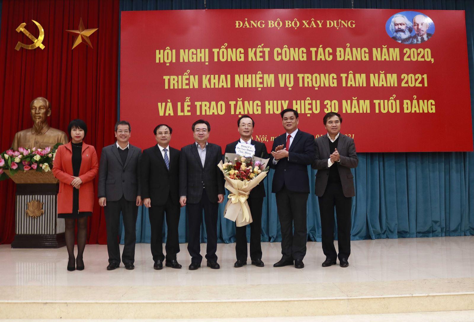 Các đồng chí trong Ban Cán sự Đảng Bộ Xây dựng chúc mừng Bộ trưởng, đảng viên Phạm Hồng Hà