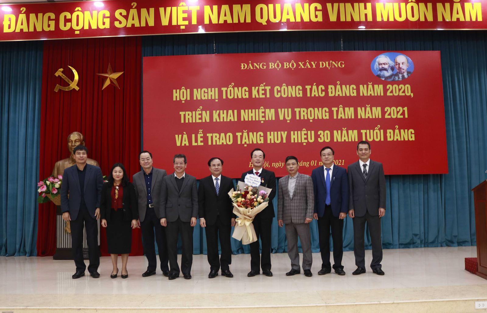 Các đồng chí trong Ban Thường vụ Đảng ủy Bộ Xây dựng chúc mừng Bộ trưởng, đảng viên Phạm Hồng Hà