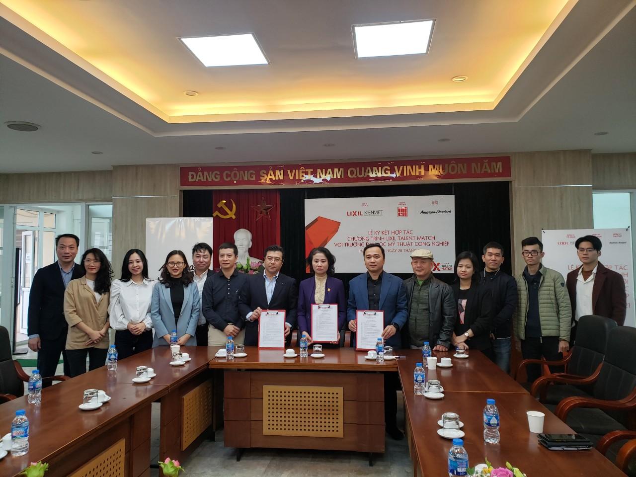 Ông Nguyễn Trường Chinh và Ông Vương Đạo Hoàng đại diện các bên ký kết Thỏa thuận hợp tác Chương trình LIXIL Talent Match