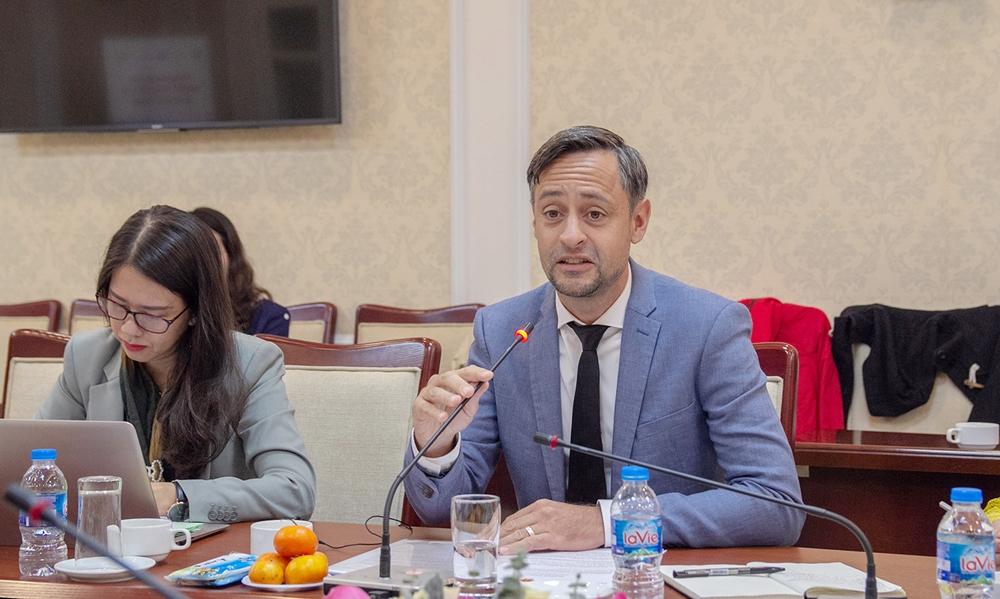 Ông Kia Fariborz - Giám đốc PEEB tại Việt Nam cam kết hỗ trợ Cục Quản lý nhà và thị trường bất động sản xây dựng Chương trình nhà ở xanh Việt Nam
