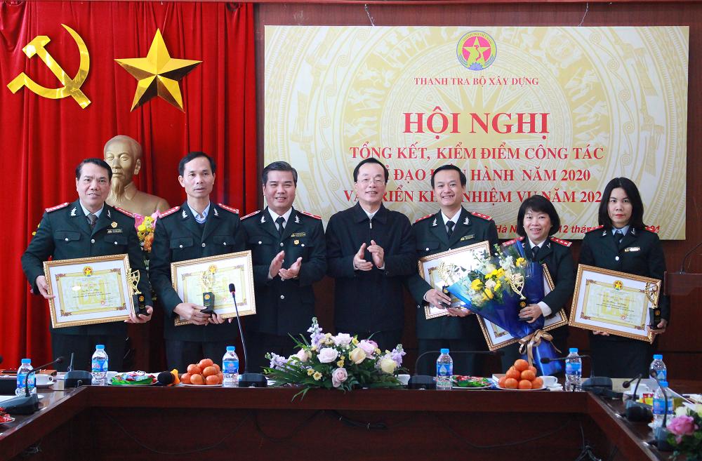 Bộ trưởng Phạm Hồng Hà trao Bằng khen, Cúp thi đua khen thưởng cho tập thể và các cá nhân xuất sắc của ngành Thanh tra năm 2020