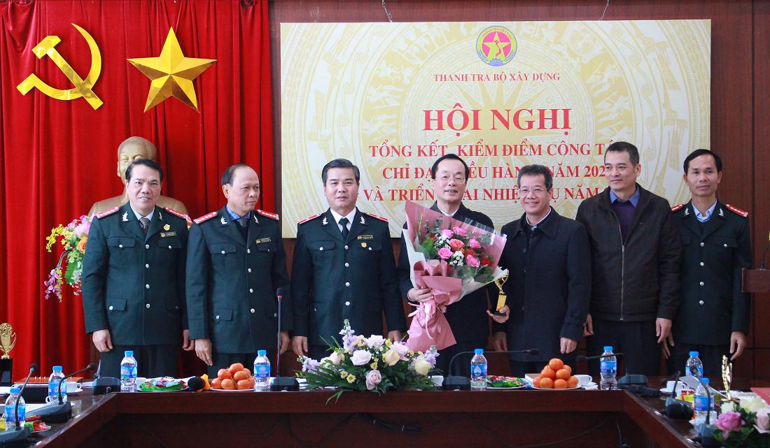 Tập thể lãnh đạo Thanh tra trao tặng Cúp Thanh tra, tri ân những đóng góp của Bộ trưởng cho hoạt động của Ngành