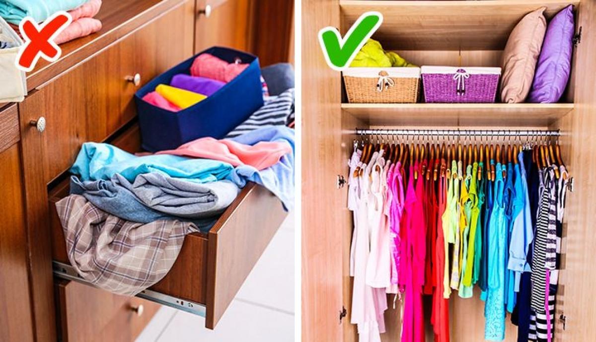 Không nên đóng tủ có các ngăn chứa vì chúng không lưu trữ được nhiều quần áo, thay vào đó hãy mua loại tủ mà bạn có thể treo được nhiều quần áo