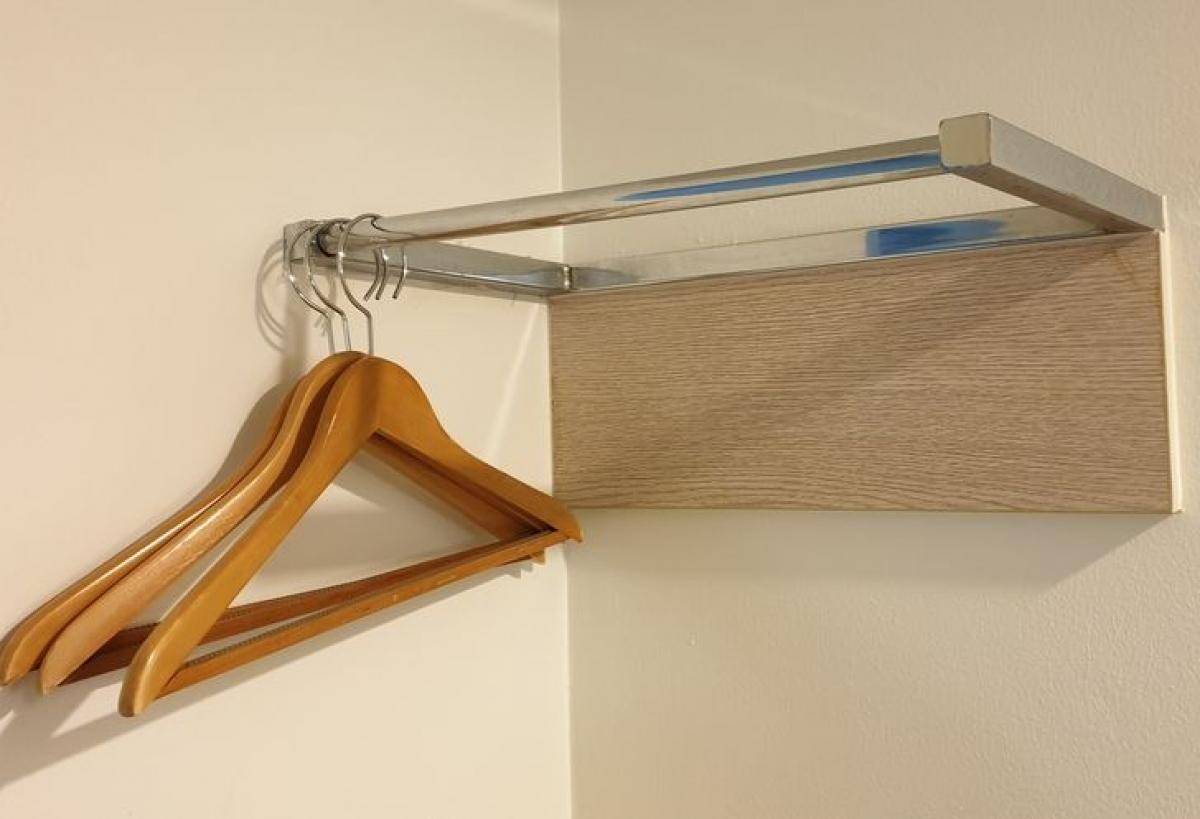 Thay vì vứt quần áo lung tung bởi không có tủ quần áo to, bạn hãy tận dụng các góc nhỏ trong phòng để làm giá treo đồ kết hợp treo quần áo. Chẳng hạn những chiếc áo khoác bạn hay mặc khi ra ngoài chẳng hạn.