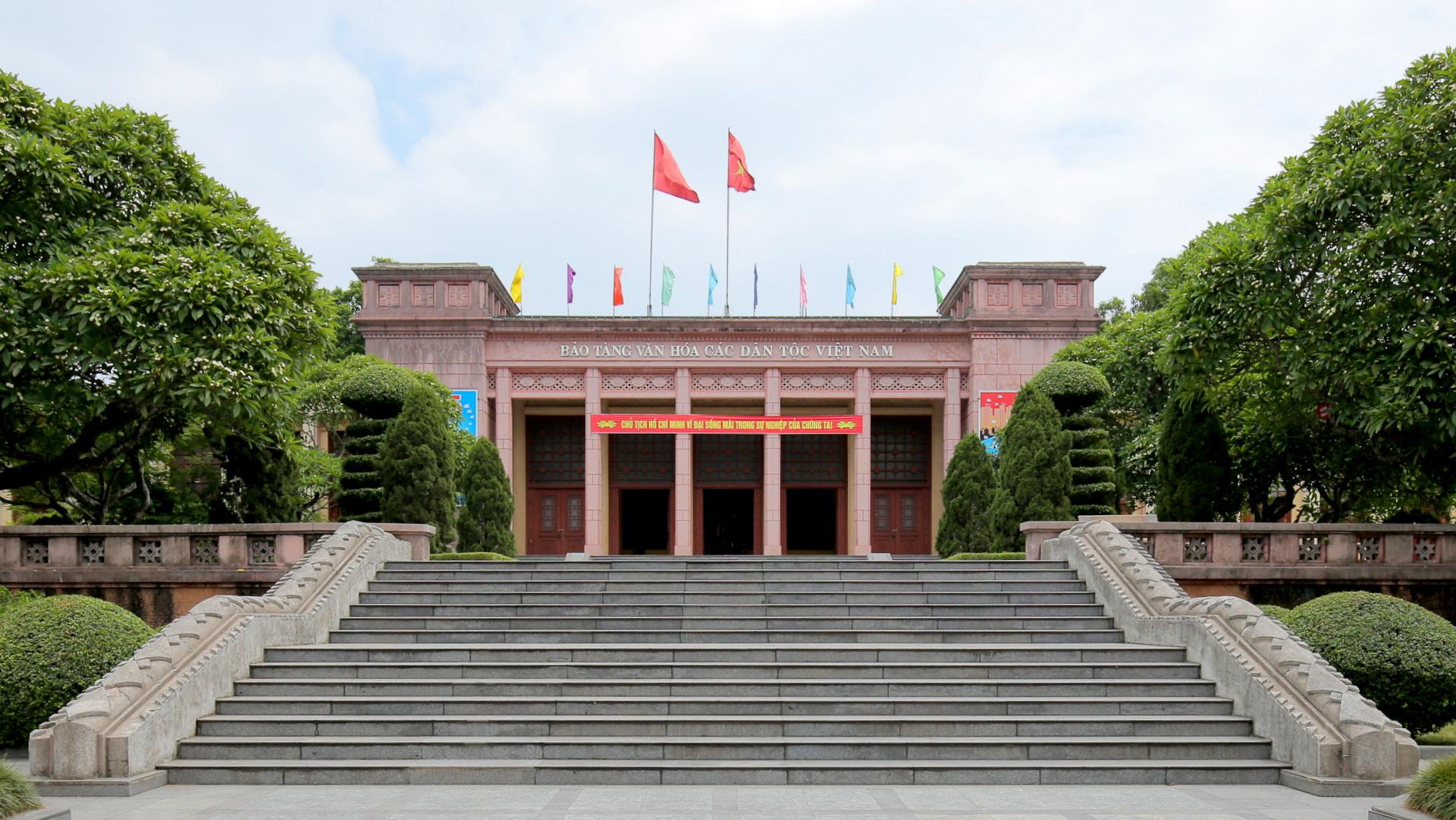 Bảo tàng Văn hóa các dân tộc Việt Bắc (Thái Nguyên)  vừa mang dáng dấp hiện đại vừa chứa đựng sắc thái kiến trúc truyền thống