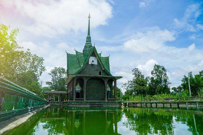 Chùa Wat Pa Maha Chedi Kaew (Thái Lan) được dựng từ một triệu chai rỗng