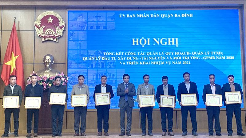 Chủ tịch UBND quận Ba Đình Tạ Nam Chiến trao Giấy khen cho các cá nhân Hoàn thành xuất sắc nhiệm vụ