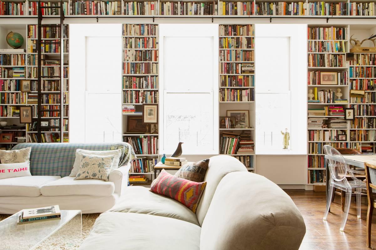 Nhiều người có thể nghĩ rằng họ chỉ đơn giản là không có không gian trong phòng khách cho một thư viện lớn tại nhà nhưng hãy thử xem xét từng không gian có sẵn. Nhìn theo chiều dọc và đừng quên rằng những khoảng trống hẹp giữa các thứ, như cửa sổ, có thể cung cấp không gian lưu trữ sách phong phú.