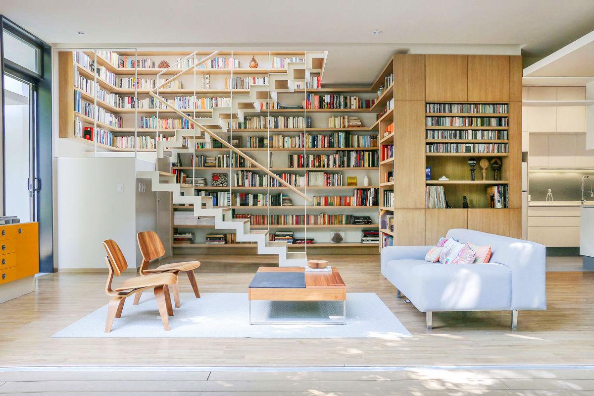 Các bậc thang cho phép bạn dừng lại để lấy sách ở bất kỳ tầng sách nào.