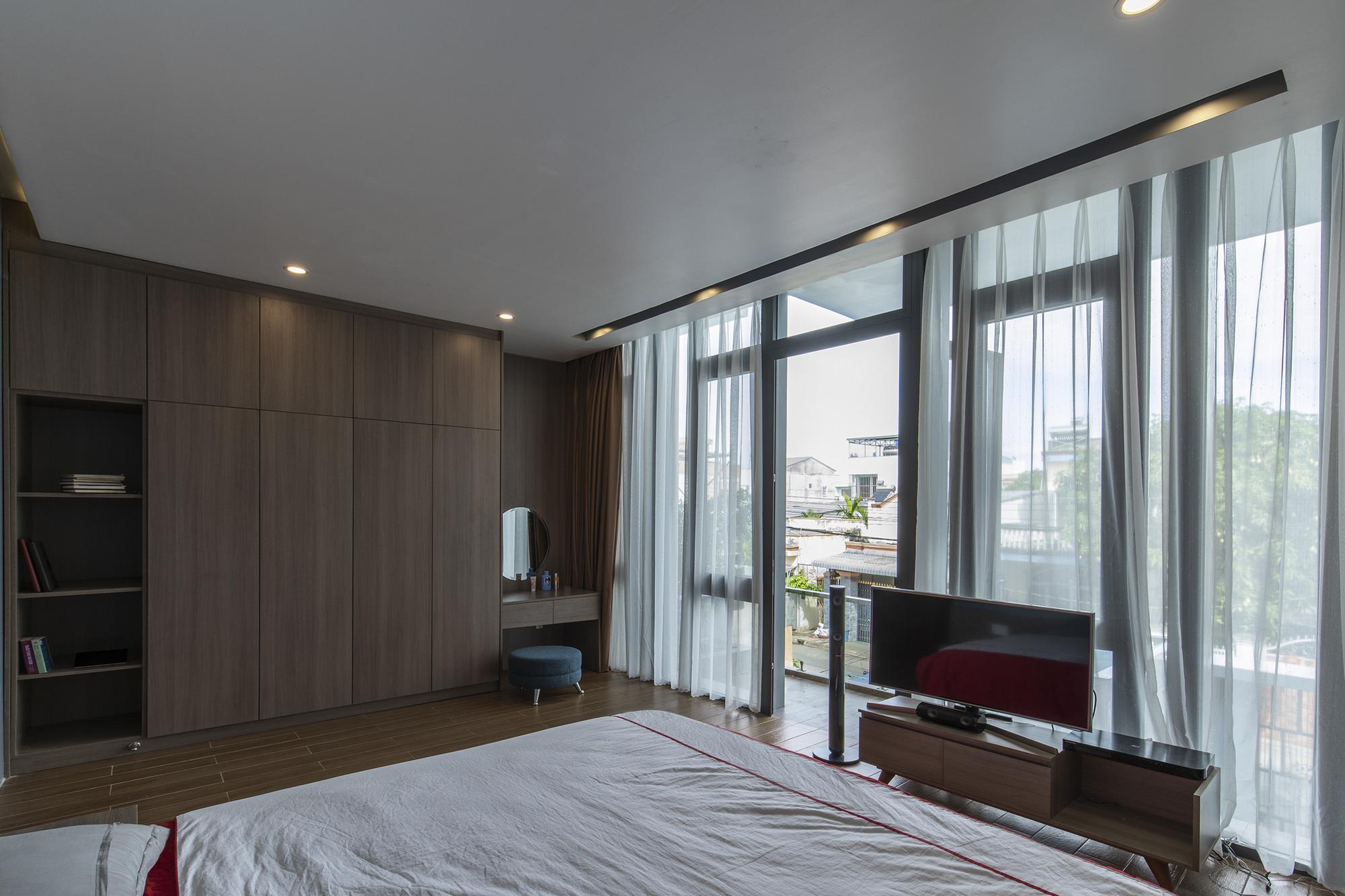 Phòng ngủ có cửa kính rập, view thoáng