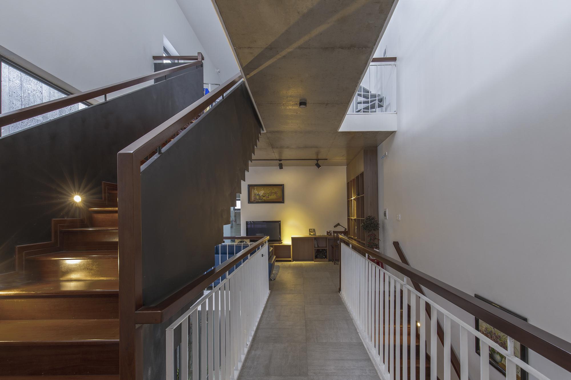 """Ngôi nhà có hệ hành lang và cấu thang """"đặc - rỗng"""""""