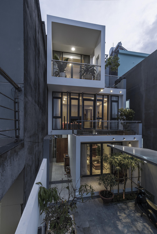 Ngôi nhà có 3 tầng, các tầng so le  cho phép vừa tăng tính thẩm mỹ vừa giúp thông gió