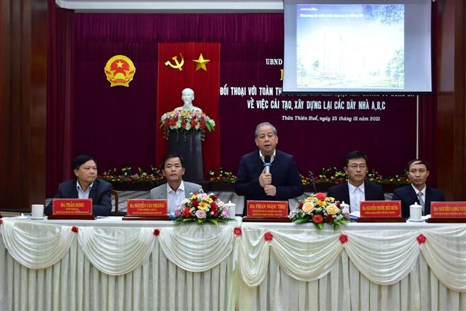Ông Phan Ngọc Thọ cùng lãnh đạo UBND tỉnh Thừa Thiên - Huế đối thoại với nguời dân bàn phương án cải tạo, xây dựng lại khu chung cư Đống Đa. (Ảnh: Cổng TTĐT Thừa Thiên - Huế)