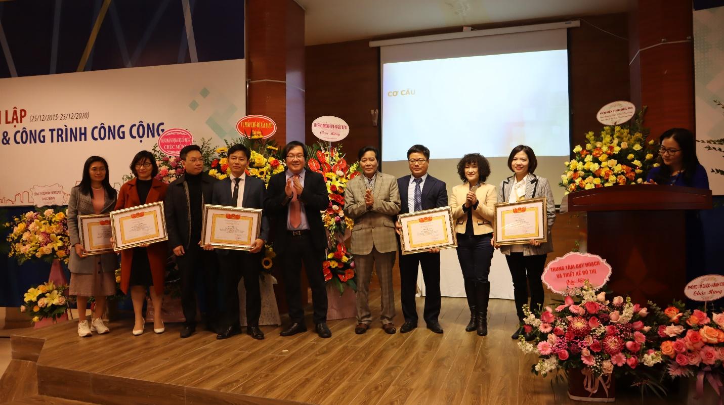 Lãnh đạo Viện Viar trao bằng khen cho các tập thể, cá nhân có thành tích xuất sắc cho Viện NO&CTCC
