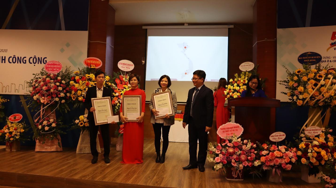 Ông Nguyễn Minh Đức – Giám đốc Viện NO&CTCC trao thưởng cho các cá nhân có thành tích xuất sắc
