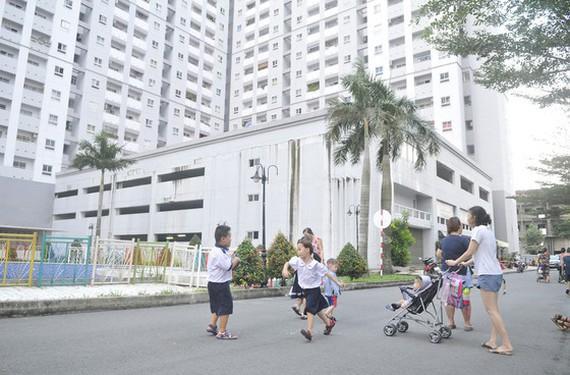 Người dân tại một dự án nhà ở xã hội huyện Bình Chánh vui chơi trong không gian chung. Ảnh: CAO THĂNG