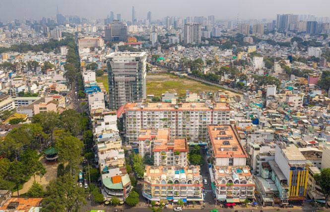 Một khu đất công ở quận 5 (thành phố Hồ Chí Minh) bỏ trống nhiều năm nay, gây lãng phí tài nguyên đất đai