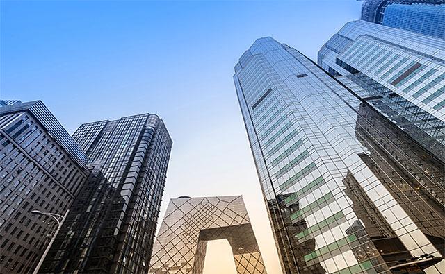 Có rất nhiều lợi thế khi sử dụng kính làm vật liệu trong xây dựng tòa nhà. Sử dụng kính làm mặt tiền bên ngoài giúp cách nhiệt tốt hơn. Tuy nhiên, nó đắt hơn so với vật liệu xây dựng thông thường và cũng rủi ro đối với các tầng thấp hơn vì lý do an ninh.