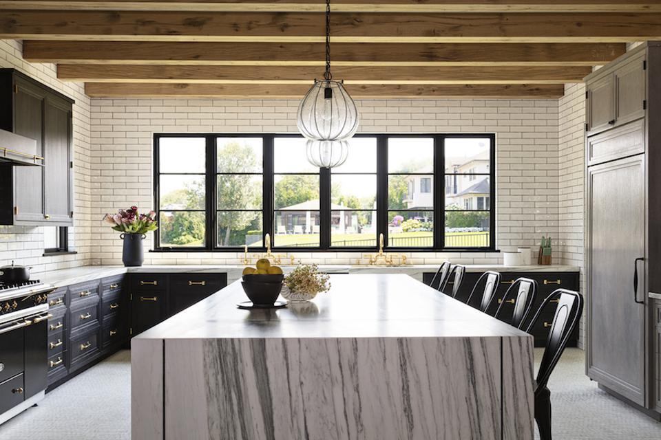 Phòng bếp ấn tượng với bàn đá