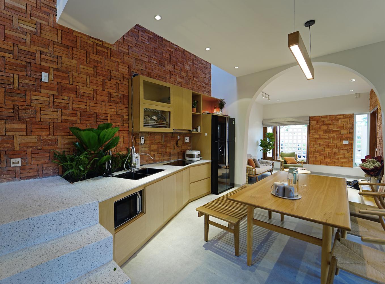 Không gian bếp nấu và phòng ăn ấm cúng hơn với tường gạch không trát