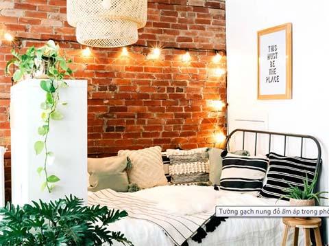 Tường gạch nung đỏ kết hợp cùng đèn ánh sáng vàng tạo bầu không khí ấm áp, lãng mạn cho không gian ngủ nghỉ của bạn