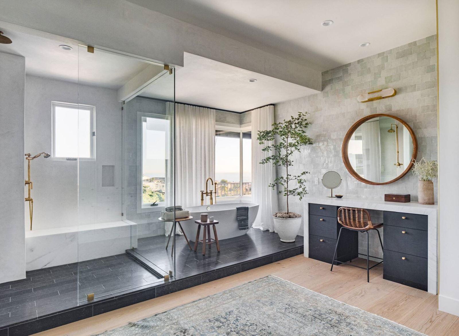 Các vật dụng không thể thiếu trong nhà tắm: lavabo, bồn cầu, vòi sen, gương tắm...