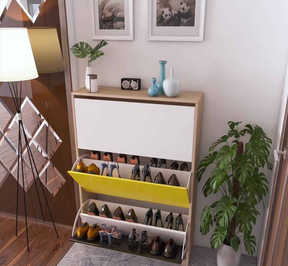 Mẫu tủ giày kết hợp kệ trang trí, được thiết kế thanh ngang bên trong để có thể tận dụng tối đa không gian, sẽ chứa được nhiều giày hơn. Thiết kế nội thất thông minh chỉ khi kéo ra mới có thể biết được đó là tủ giày, còn bình thường nhìn sẽ như chiếc tủ để đồ trang trí: chậu hoa, khung ảnh...