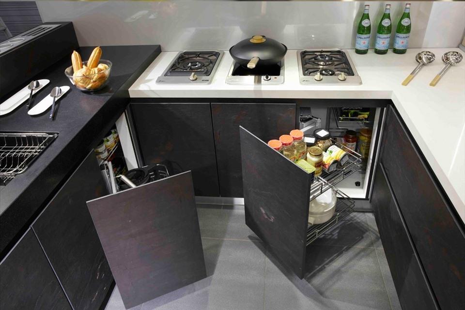 Khi thiết kế nội thất cho một căn hộ nhỏ, chắc chắn không thể bỏ qua việc lựa chọn cho căn bếp diện tích khiêm tốn nhưng vật dụng nội thất thông minh, hợp lý. Những chiếc tủ bếp với ngăn kéo tiện lợi, tận dụng mọi ngóc ngách trong nhà là lựa chọn thích hợp nhất cho diện tích bếp nhỏ.