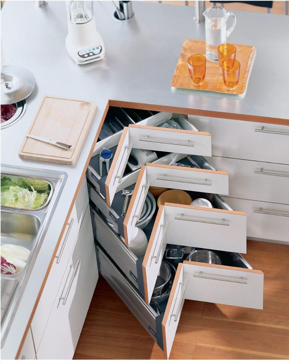 Tủ bếp thông minh khi được thiết kế ngăn chứa đồ hiện đại, có bàn xoay giúp lấy đồ một cách dễ dàng, mà lại còn tận dụng được tối đa diện tích trong ngăn tủ.