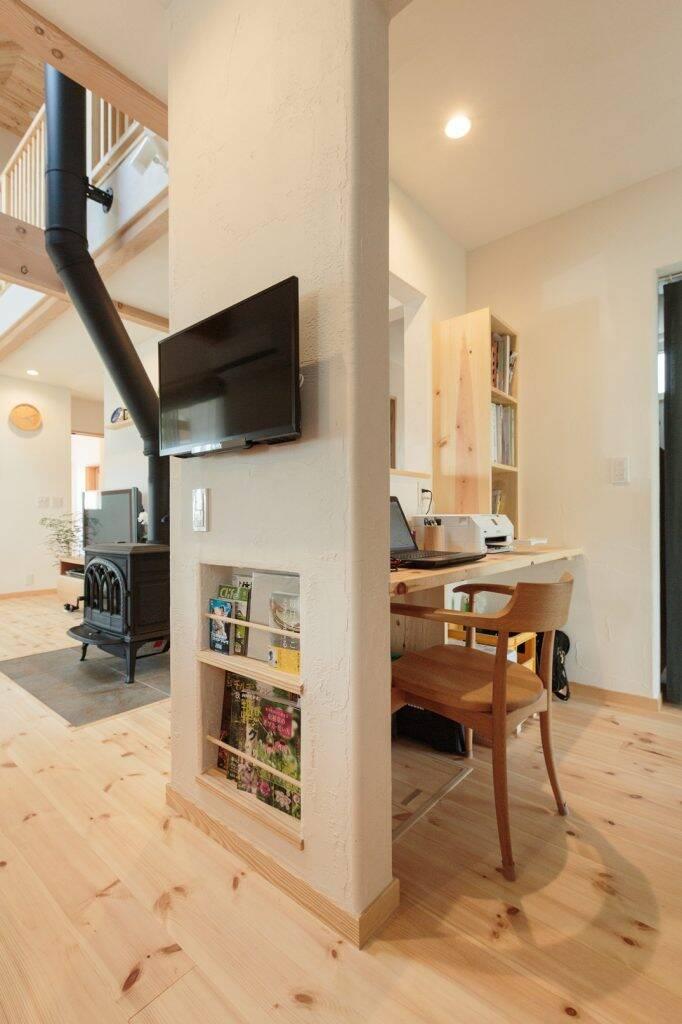 """Bức tường ngăn cách giữa bếp và nhà vệ sinh, phía sau tường được tận dụng để làm một """"góc tiện lợi"""" nhỏ"""