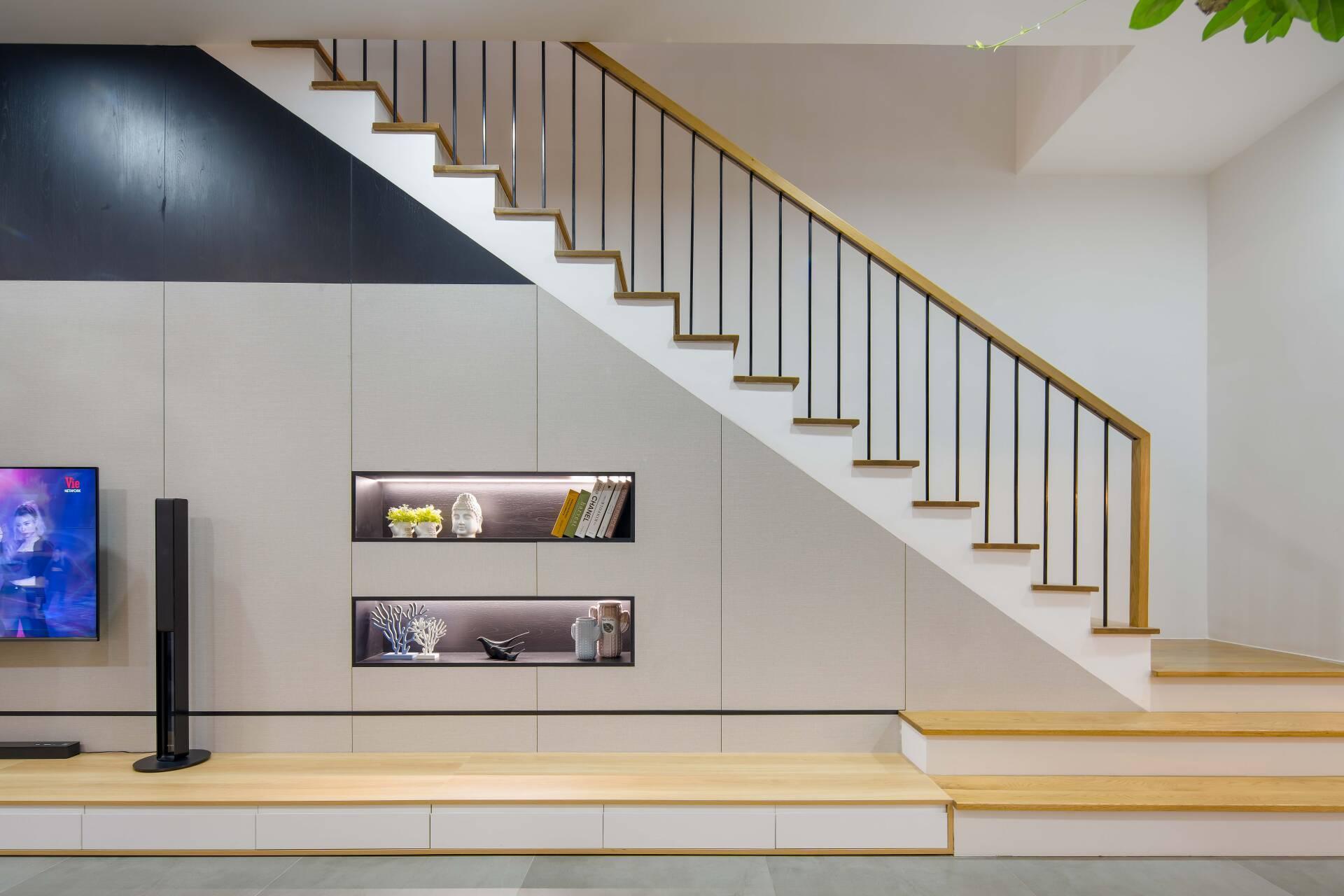 Gầm cầu thang được tận dụng làm kệ để đồ rất sáng tạo