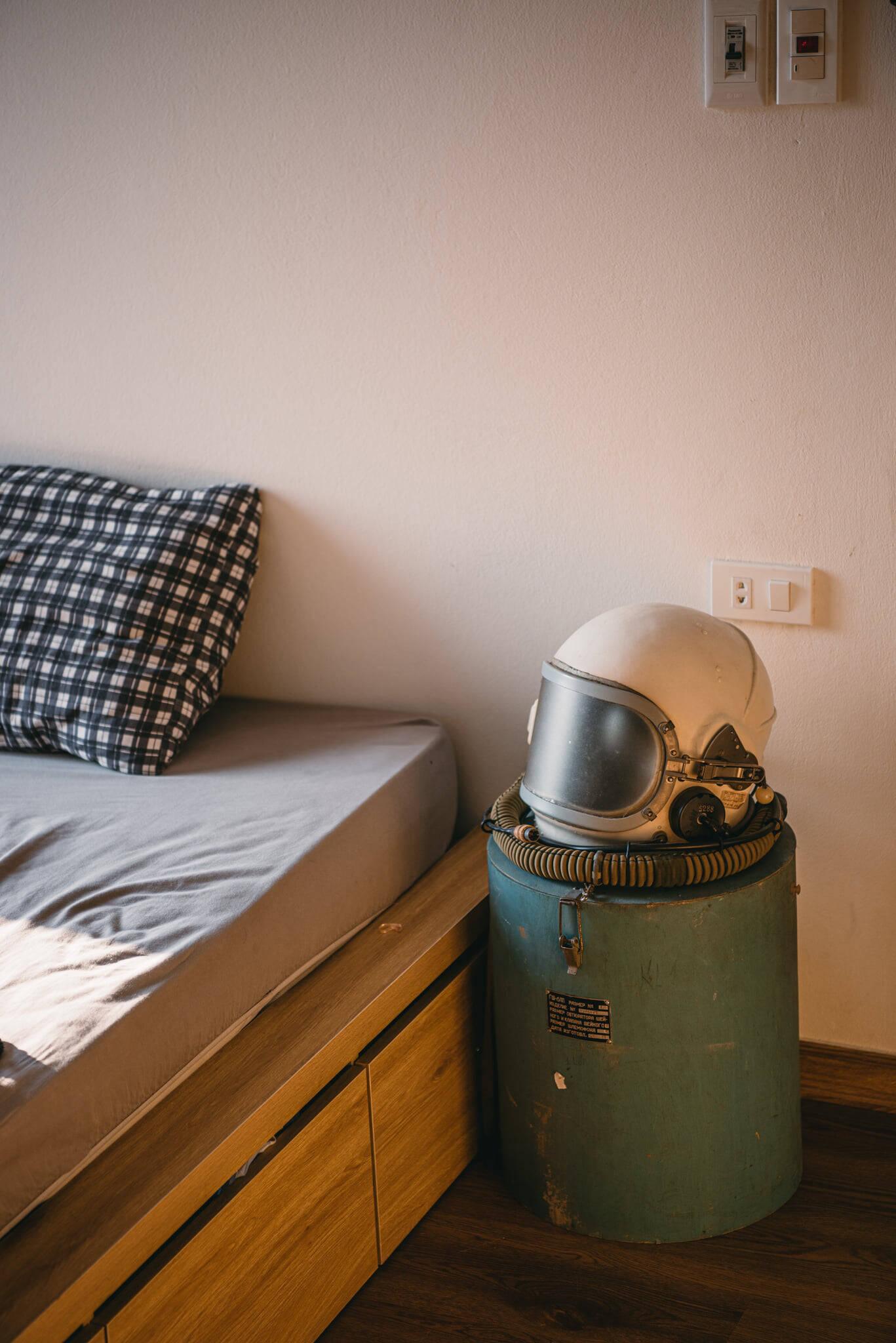 Là một người thích sự mới mẻ, sáng tạo, anh Bảo Khánh tự làm rất nhiều thứ trong nhà. Chiếc đèn ngủ làm từ mũ phi hành gia này là một ví dụ điển hình.