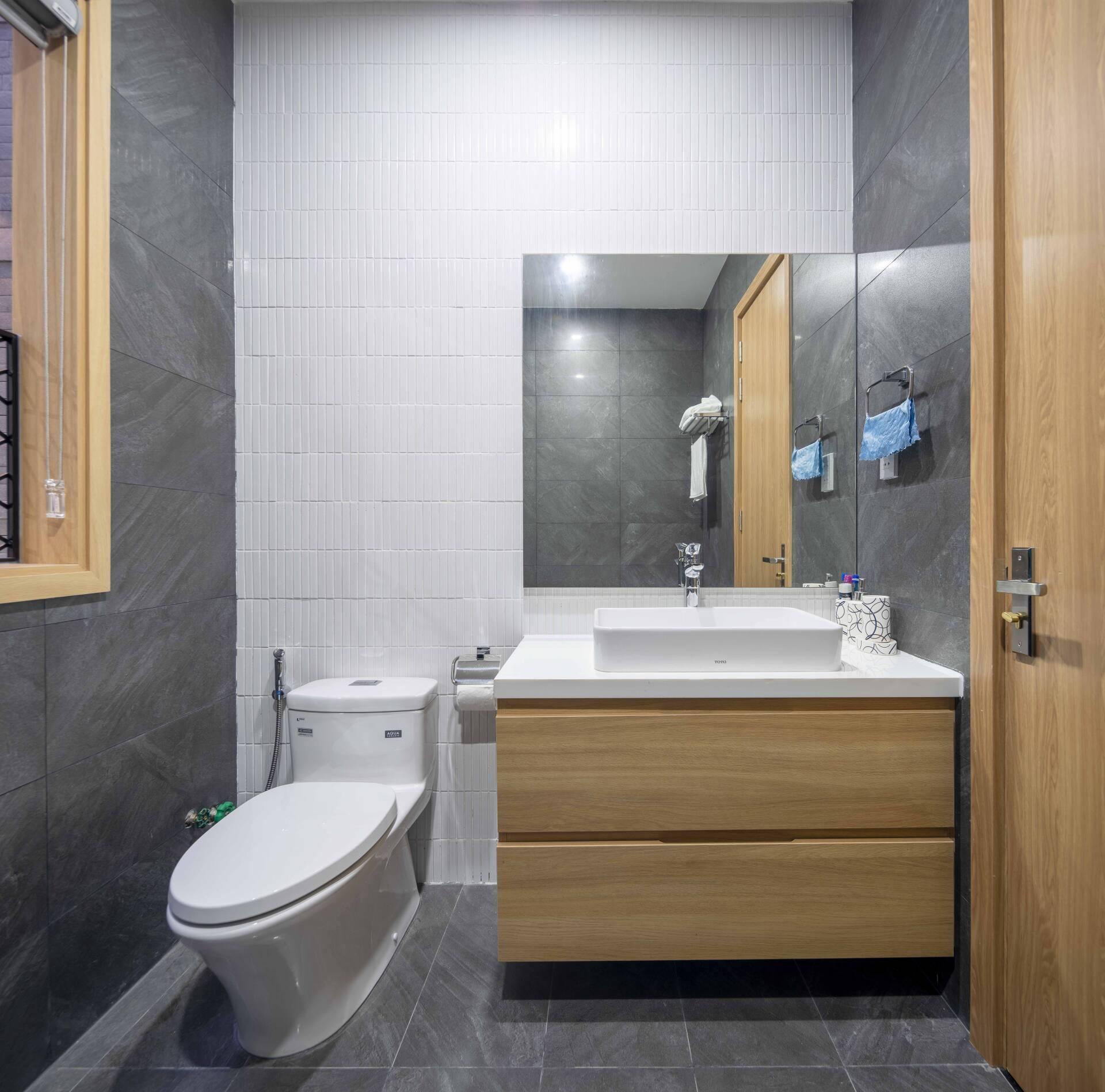 Phòng vệ sinh trong phòng ngủ master được bố trí đơn giản, tiện nghi