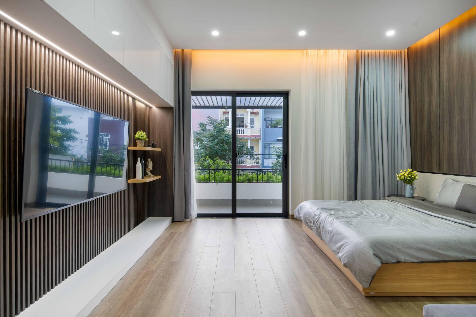 Phòng ngủ master có không gian rộng rãi, ban công nhìn ra khu phố