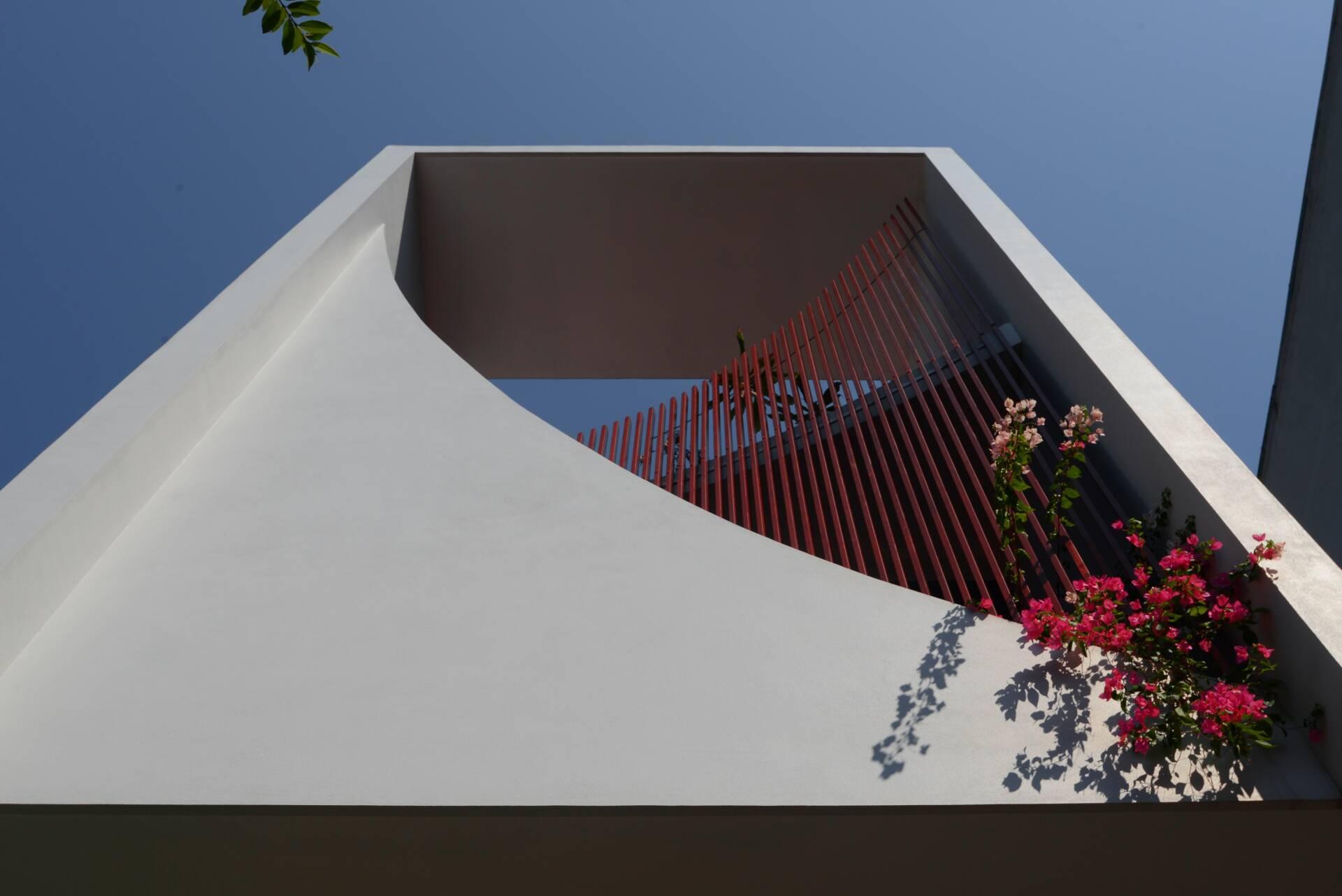 Không những có tác dụng che chắn nắng, những đường cong còn tạo bóng cho không gian bên trong, đồng thời cũng là thành phần mảng khối của kiến trúc công trình