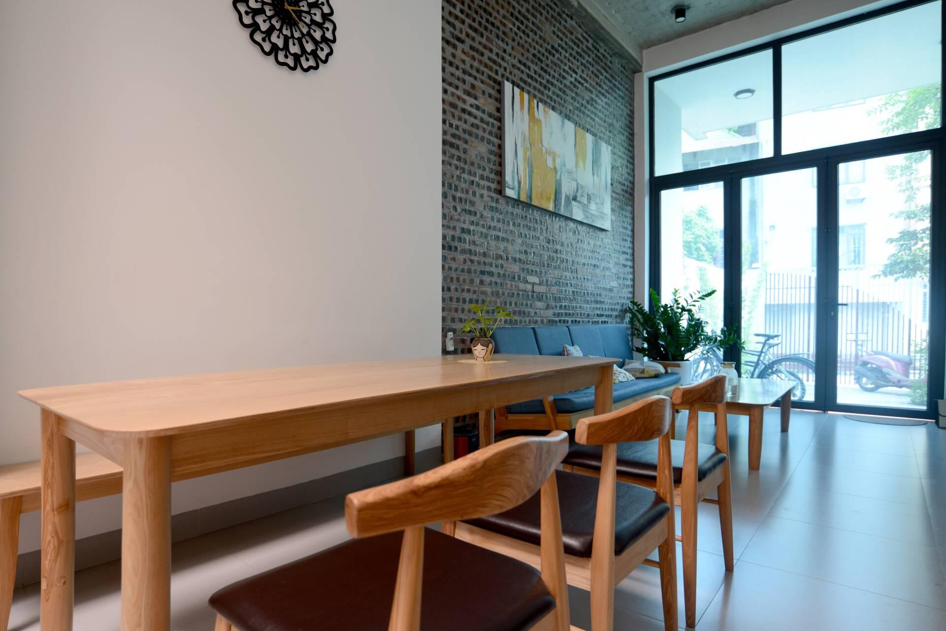 Dù là không gian mở nhưng phòng khách và phòng ăn vẫn được phân chia không gian bởi sự thay đổi của tường