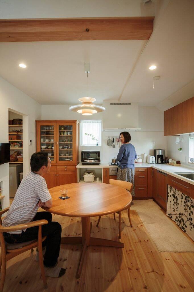 Bếp chính thức được thiết kế chữ L để phù hợp với hình dạng căn nhà và để 2 vợ chồng có thể cùng nhau nấu nướng