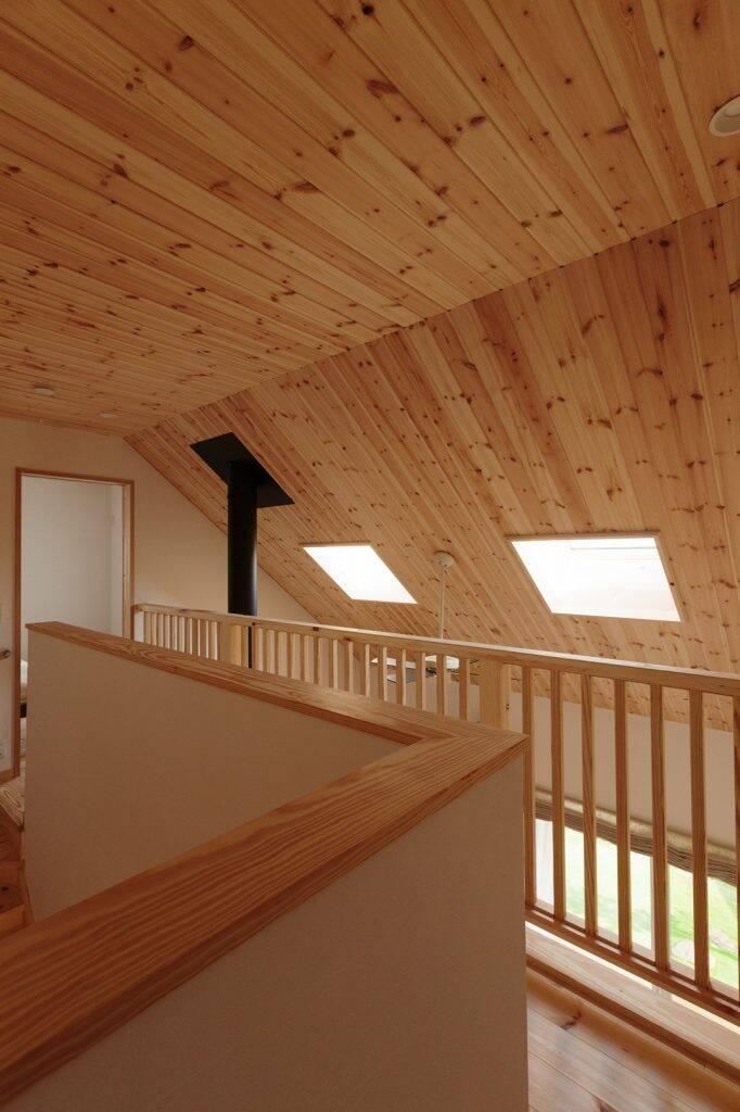 Sảnh dẫn lên tầng trên, trần nhà sử dụng toàn bộ là gỗ thông khiến không gian này luôn tràn đầy hương thơm dễ chịu