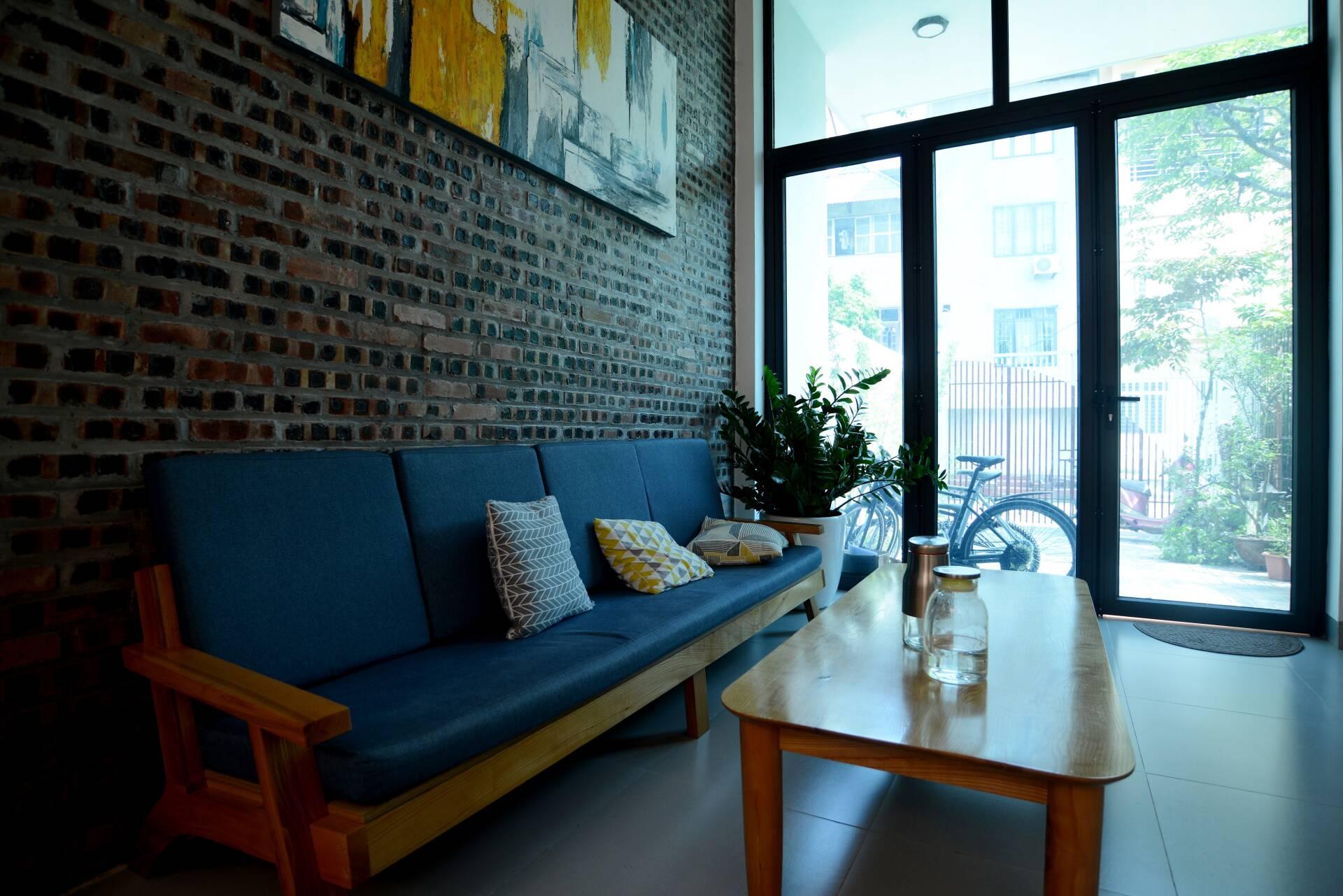 Phòng khách với điểm nhấn là bức tường thô mộc, gần gũi