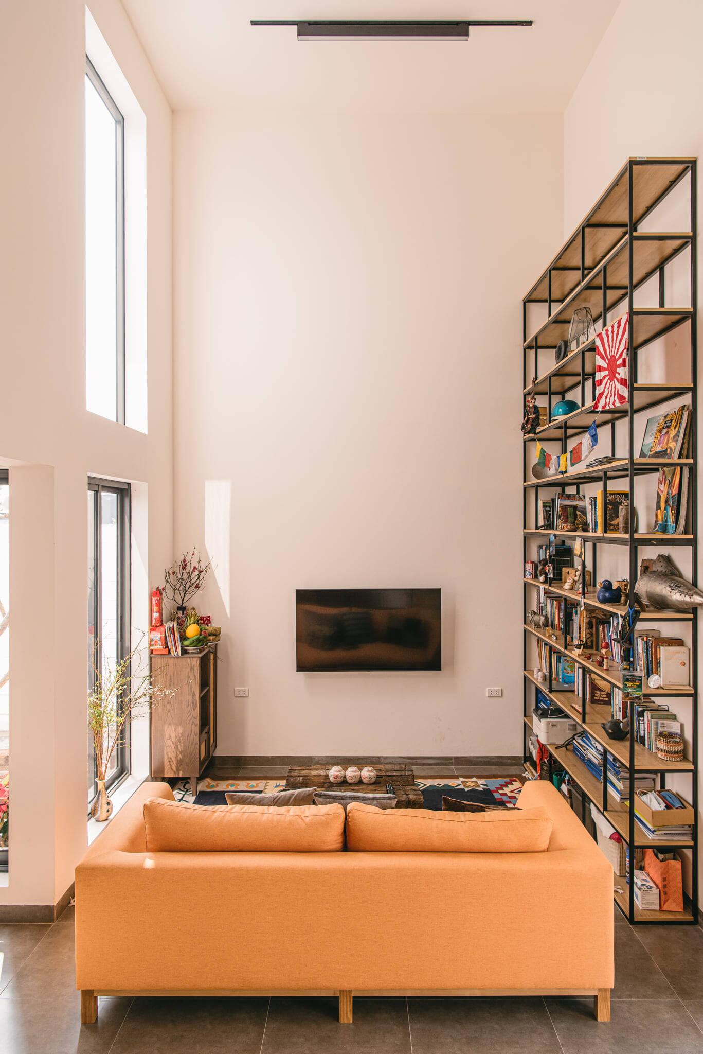 Phòng khách với trần cao thoáng và không thể thiếu ánh sáng nhờ các hệ cửa kính lớn kịch trần